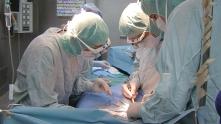 лекари в операция