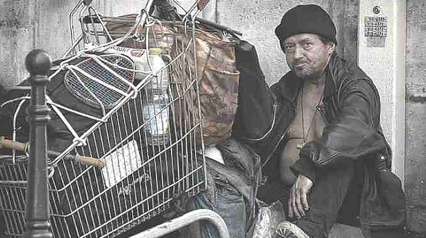бездомник, беден