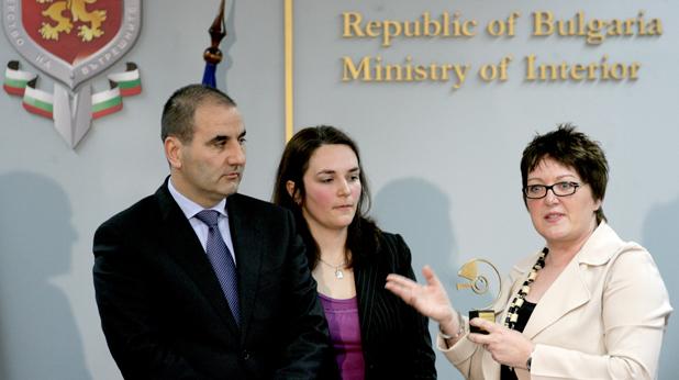 Франсез Муур награждава министър Цветанов