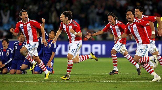 Парагвай се радват на победата си на осминафинал на Мондиал 2010 с дузпи срещу Япония