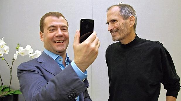 iPhone 4, дмитрий медведев, стив джобс