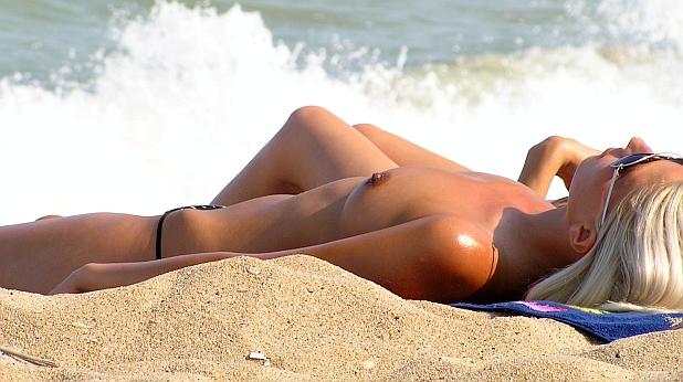 жена, плаж