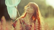 момиче, пеперуди