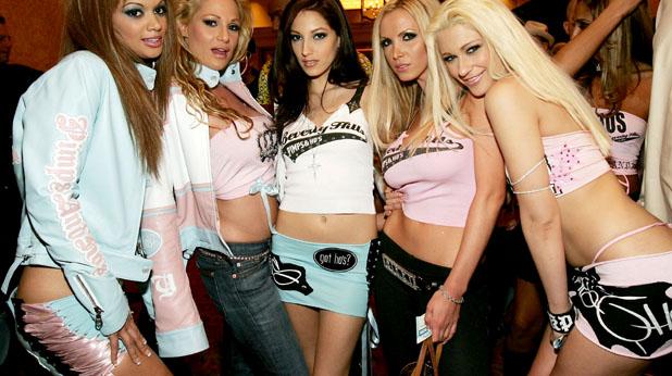 момичета, къси поли