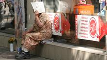 Баба, жена, улицата