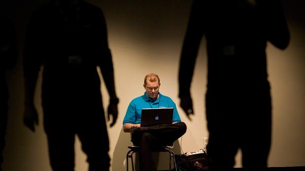 Мъж с компютър