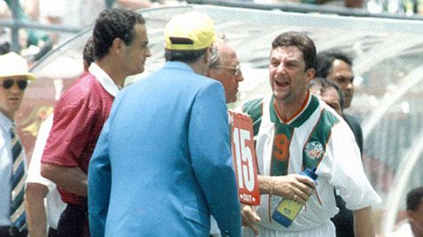 Джон Олдридж псува делегата на ФИФА, който бави влизането му в игра на мача Мексико - Ейре (2:1) на Мондиал 1994 в САЩ