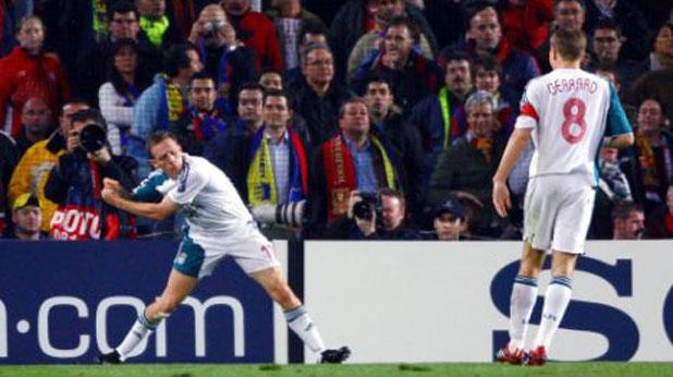 Крейг Белами от Ливърпул празнува гола си за победата с 2:1 над Барселона през 2007 г., имитирайки удар със стик за голф, след като по-рано е ударил съотборника си Йон-Арне Рийзе именно по този начин