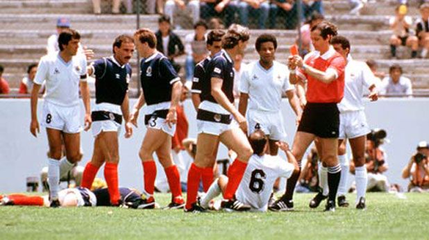 Съдията Жоел Киню показва най-бързия червен картон в историята на световните първенства - в 56-ата секунда на мача Уругвай - Шотландия от Мондиал 1986