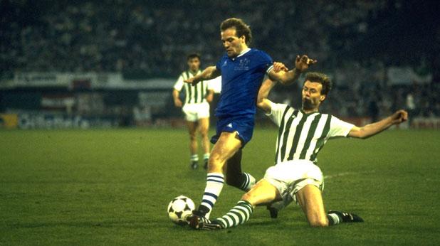 Нападателят на Евертън Анди Грей отбеляза първия гол за победата на Евертън с 3:1 над Рапид (Виена) на финала за КНК през 1985