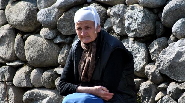 Баба на пейка в Банско