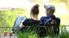 Момиче и момче в Борисовата градина