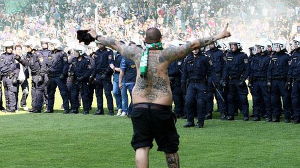 Публиката на Рапид нахлува на терена на дербито с Аустрия на 22 май 2011 при резултат 0:2 - снимка 2
