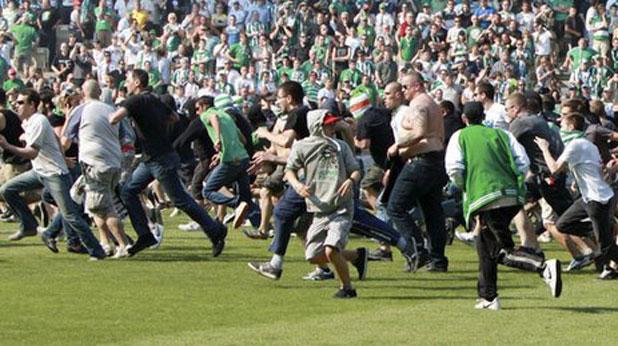Публиката на Рапид нахлува на терена на дербито с Аустрия на 22 май 2011 при резултат 0:2