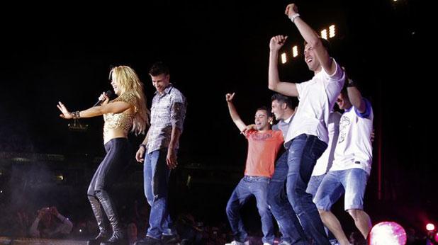 Играчите на Барселона танцуват на сцената с Шакира