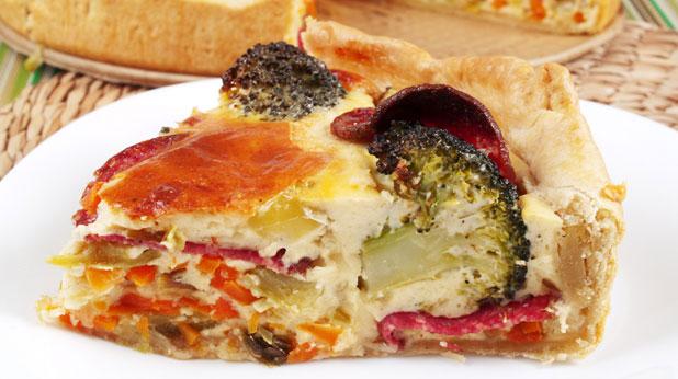 пирог със зеленчуци и колбаси