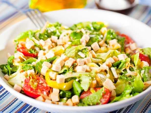 Зелена салата с крутони чери домати и