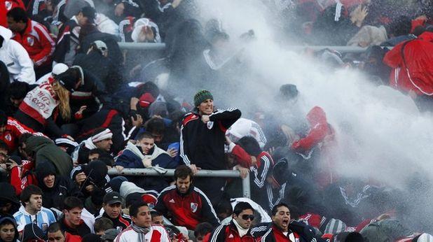 Полицията укротява публиката на Ривър Плейт с водна струя след отпадането на отбора