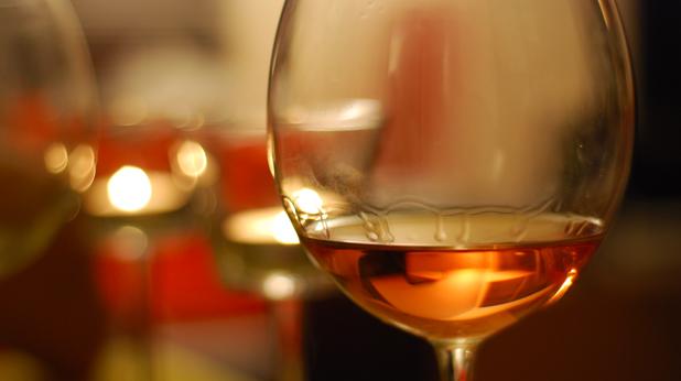 Бяло вино в чаша