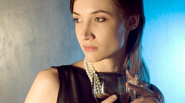 Жена с вино