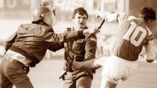Звонимир Бобан рита полицай при неиграния мач между Динамо (Загреб) и Цървена звезда през 1990 г., дал началото на Войната в Югославия