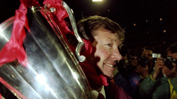 Алекс Фъргюсън с Купата на ФА през 1990 - първи трофей за него след 4 години начело на Манчестър Юнайтед