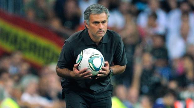 Жозе Моуриньо с топка в ръце