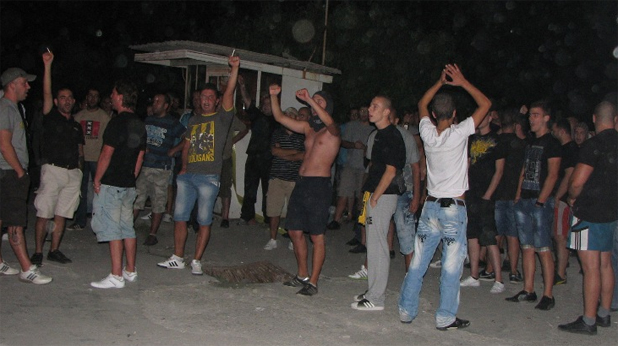 Ултрасите на Локомотив (Пловдив) и Ботев в безредиците в село Катуница, когато бяха подпалени имоти на цар Киро