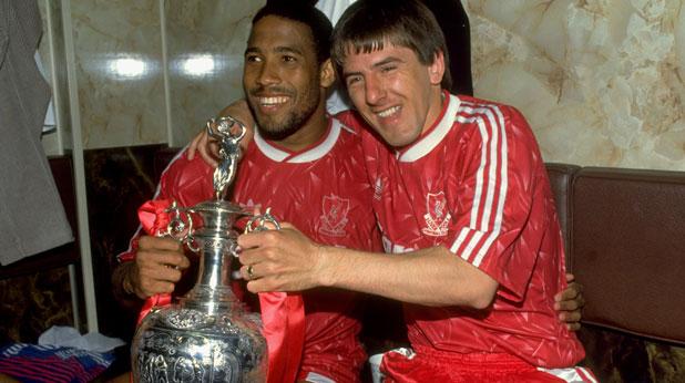 Джон Барнс и Питър Биърдсли - шампиони на Англия с Ливърпул през 1990