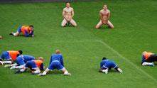 Футболисти на втородивизионния норвежки Сандефьорд тренират голи, след като са загубили бас