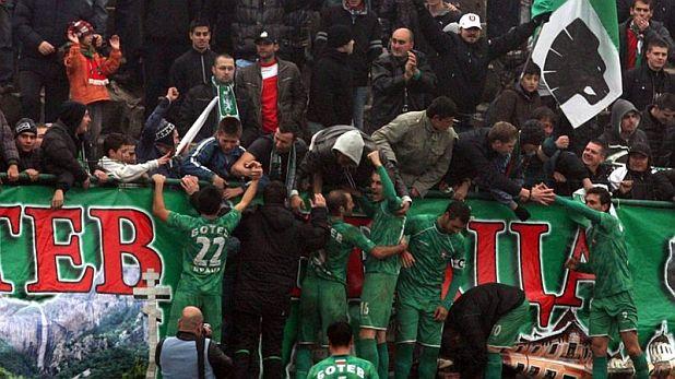 Футболистите на Ботев (Враца) празнуват със своята агитка извоюваното равенство 2:2 с ЦСКА