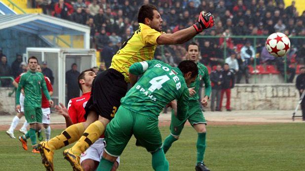 Младият вратар на Ботев (Враца) Веселин Цветковски елиминира поредна опасност на мача с ЦСКА, завършил 2:2