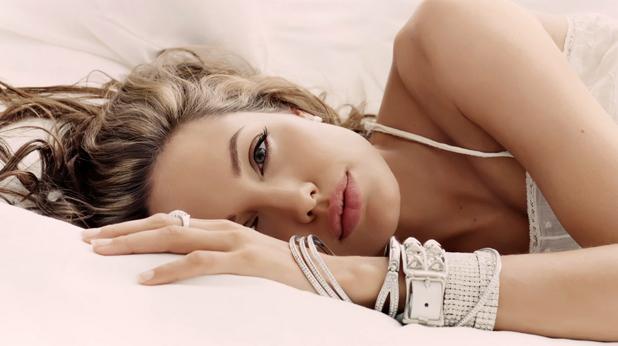 Жена в легло