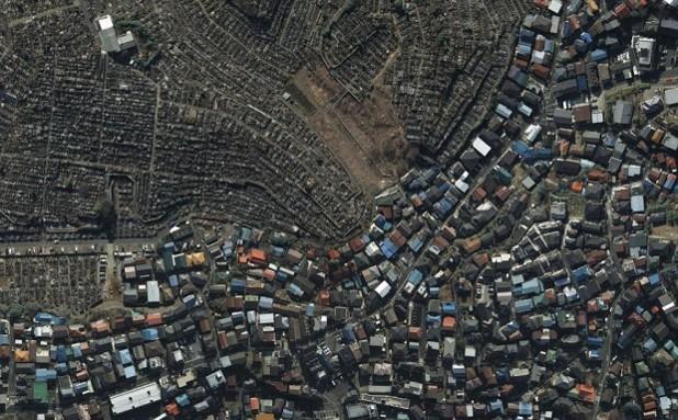 Къщи, граничещи с гробище в Йокохама, Япония, гугъл
