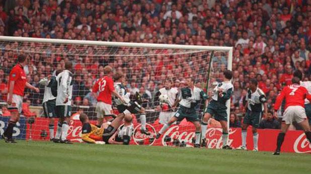 Ерик Кантона бележи победния гол за Манчестър Юнайтед срещу Ливърпул на финала за Купата на ФА през 1996