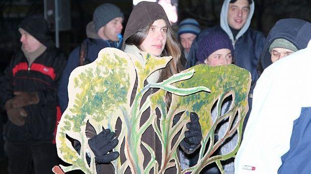 протест, флаш моб, Закон за горите, Витоша, момиче, дърво