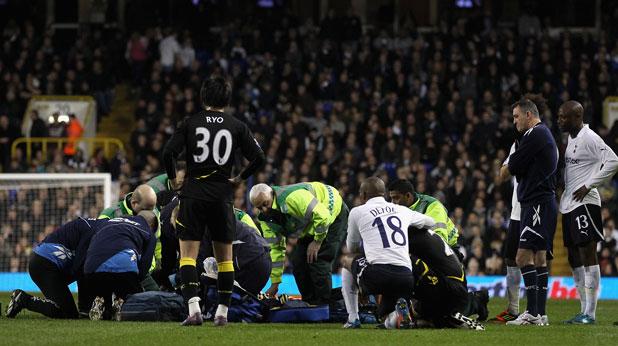 Фабрис Муамба от Болтън колабира по време на мача с Тотнъм за Купата на ФА, който бе прекратен при резултат 1:1 след инцидента с него