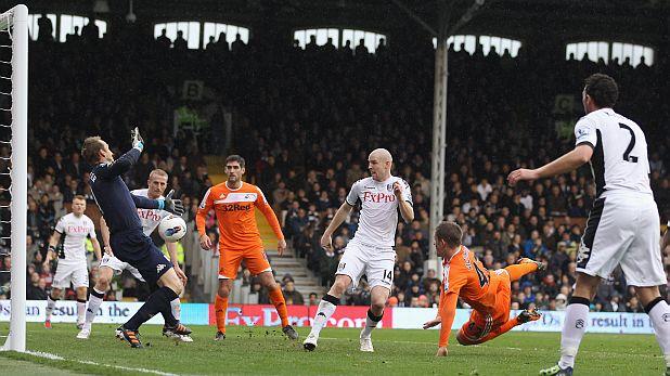 Гилфи Сигурдсон бележи първия от двата си гола за Суонзи при победата като гост на Фулъм с 3:0 на 21 март 2012
