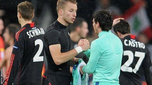 Михал Кадлец от Байер си разменя фланелката с Лионел Меси от Барселона след първия осминафинал в Шампионската лига между двата отбора на 14 февруари 2012, завършил 1:3 за гостите