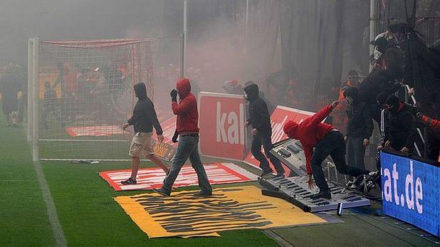 Бесните фенове на Кьолн нахлуха на терена в знак на протест след отпадането на отбора от Първа Бундеслига в мача Кьолн - Байерн (1:4) на 5 май 2012