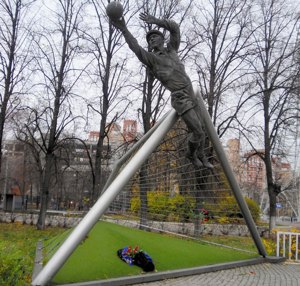 Лев Яшин, паметник