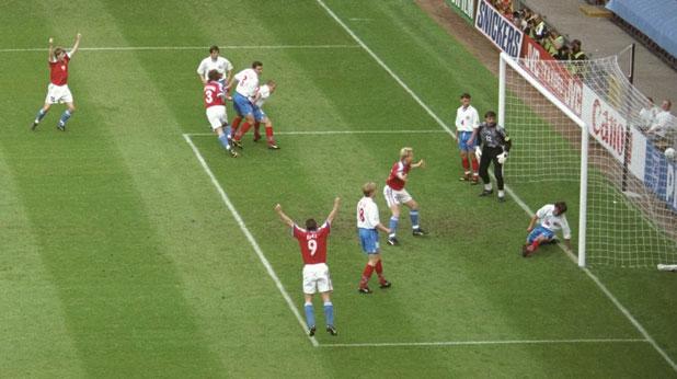 Ян Сухопарек (номер 3) открива резултата на мача Чехия - Русия (3:3) от груповата фаза на Евро 1996