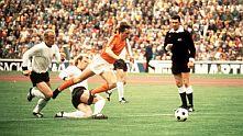 Йохан Кройф е спънат от персоналния си пазач Берти Фогтс на финала на Световното първенство през 1974 Германия - Холандия 2:1