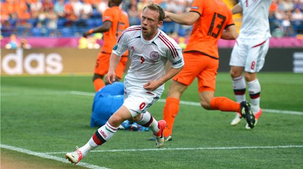 Микаел Крон-Дели отбеляза гола за Дания при победата над Холандия в груповата фаза на Евро 2012