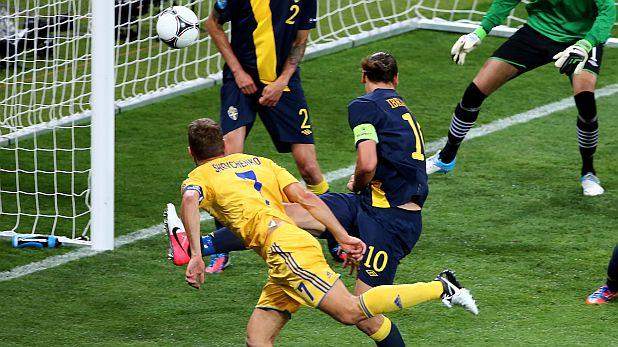 Андрий Шевченко се измъква от опеката на Златан Ибрахимович и бележи втория си гол за победата на Украйна над Швеция с 2:1 на Евро 2012