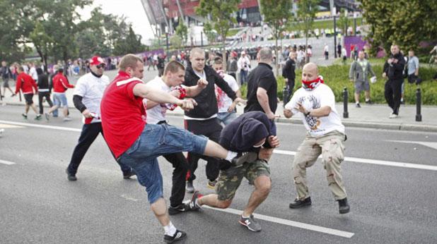 Бой, Варшава, Русия, Полша, Евро 2012, хулигани