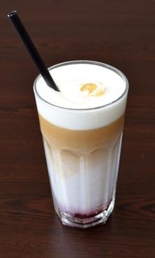 Малинов коктейл с кафе с еспресо и студено мляко