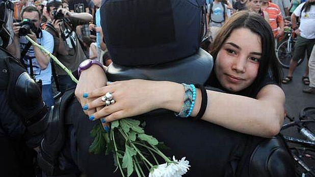 момиче, полицай, протест, орлов мост, закон за горите