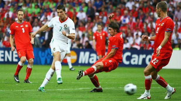 Кристиано Роналдо вкара гол в мача Чехия - Португалия (1:3) от груповата фаза на Евро 2008