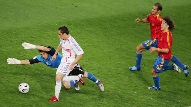 Франк Рибери бележи първия гол за Франция при победата с 3:1 над Испания в осминафинал на Мондиал 2006 пред погледите на Икер Касияс, Карлес Пуйол и Мариано Перниа